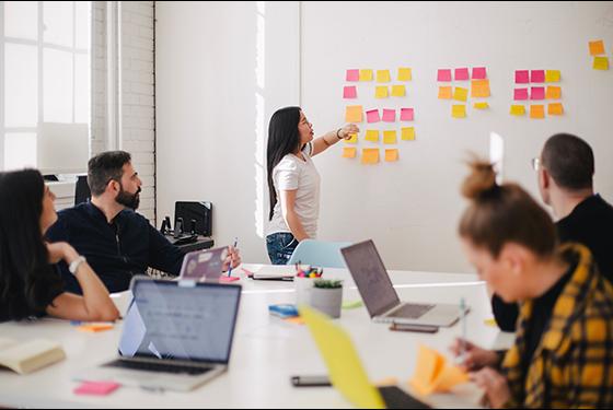 Ingénieurs en réunion. Crédits : You X Ventures via Unsplash
